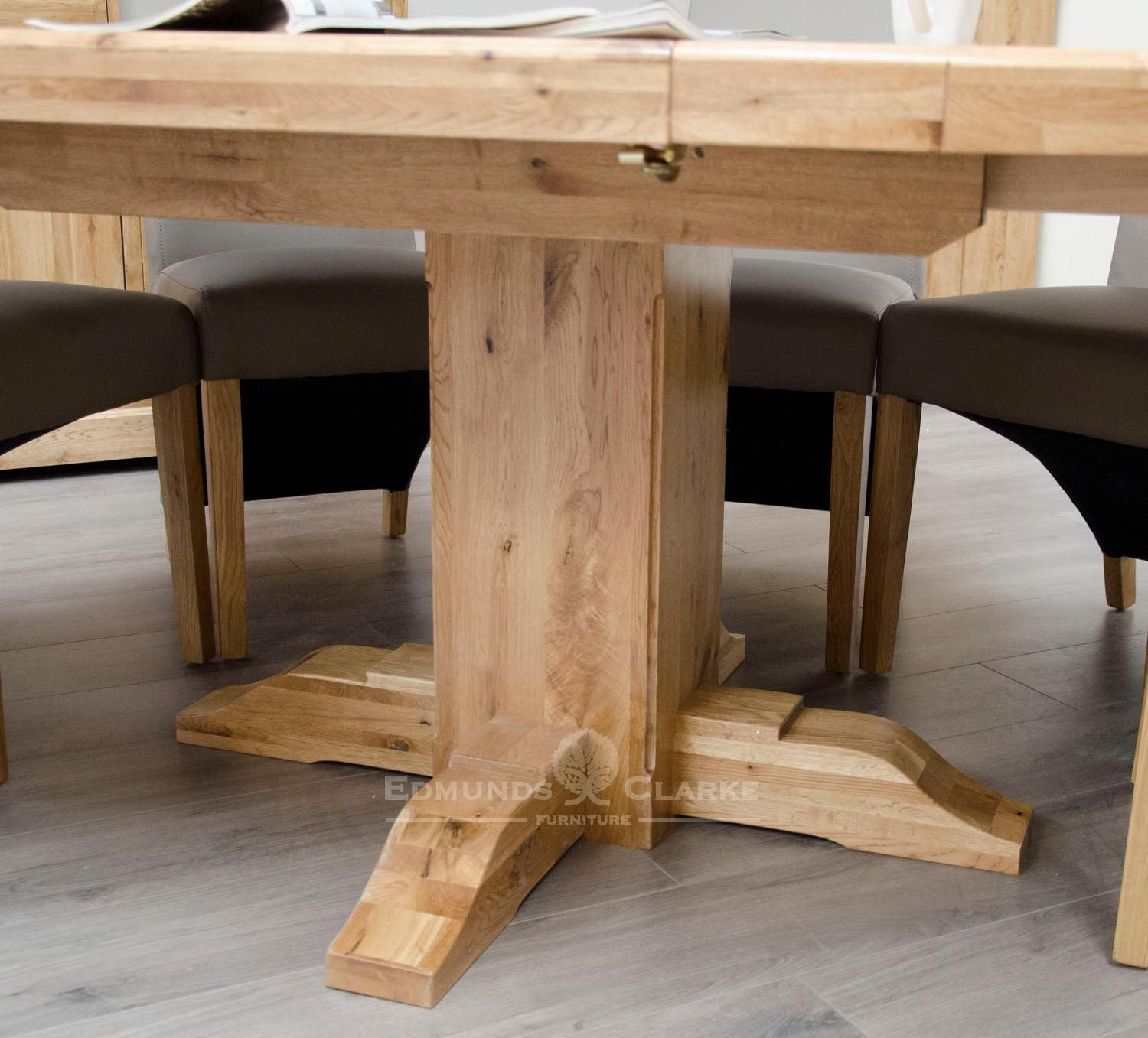 Melford solid oak round extending table showing single pedestal leg with 4 feet, superior carving detail DLXRNDEXT